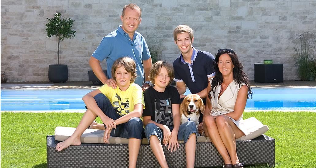 Familienfoto mit Hund im Freien Fotostudio Foto Nitsche